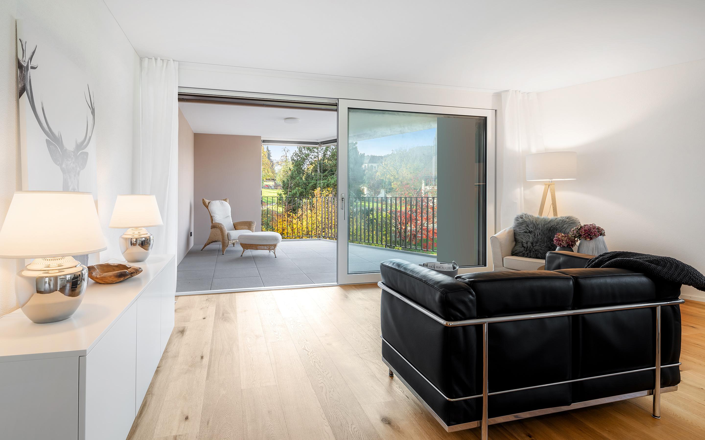 «Im Chärn» Boswil, Wohnzimmer und Balkon (Musterwohnung)